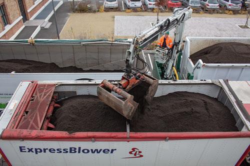 LE-CHALLENGE-TERREOLE-SIAAP-Colombes-Chargement-de-l'ExpressBlower-par-camion-grue-et-camion-benne